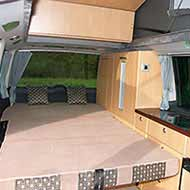 Campingbus VW T5 TrioStyle - große ebene Liegefläche auf der Komfort-Schlafsitzbank