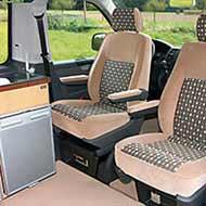 Campingbus VW T5 TrioStyle - die Sitzgruppe: Drehbarer Beifahrersitz ist Serienaustattung, drehbarer Fahrersitz optional