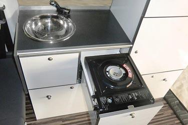 Minicamper Camp Maxi auf VW Caddy - Küche mit Spüle und Kocher
