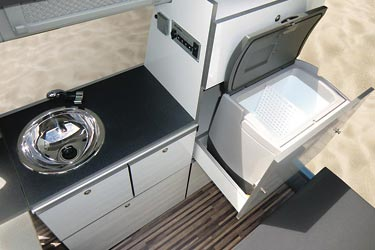 Minicamper Camp Maxi auf VW Caddy langer Radstand - Küche mit Spüle, Kühlbox im Schrank