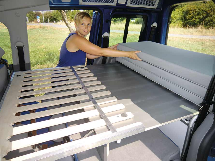 Komfortables Lattenrost-Bett im VW Caddy Active Minicamper