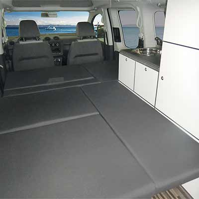 Ebenes Doppelbett im VW Caddy Camp Minicamper