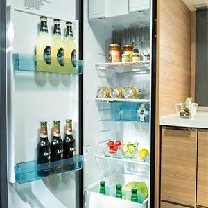 Küche mit neuem Thetford® 140l Slim-Kühlschrank im Adria Adora